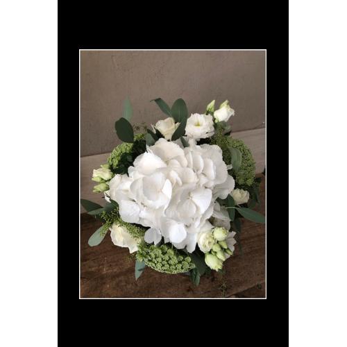 Bouquet rond blanc et vert selon choix de fleurs disponible en magasin